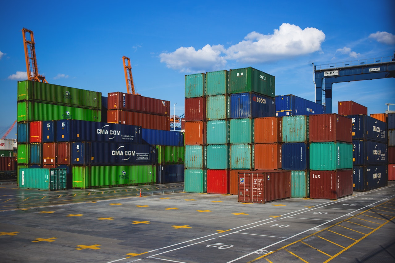 Benefits of using containers in freight shipping
